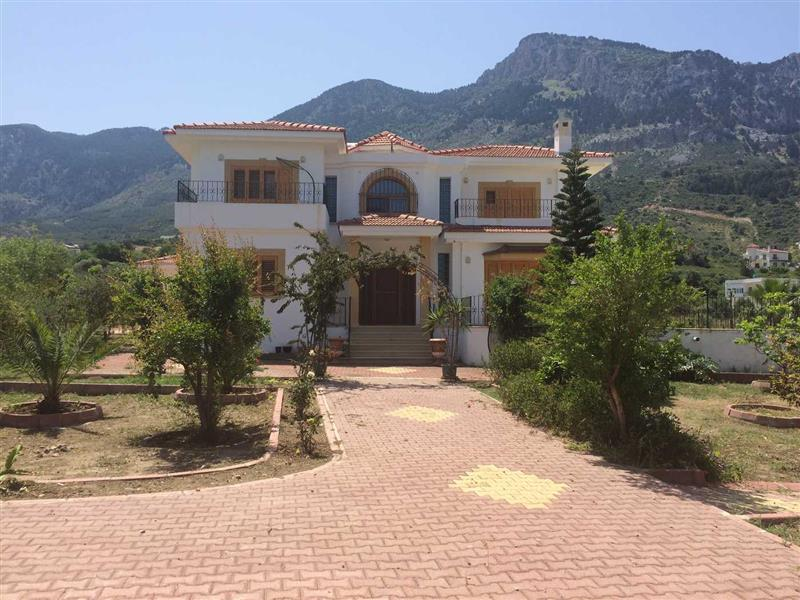 Main Photo of a 3 bedroom  Villa for sale