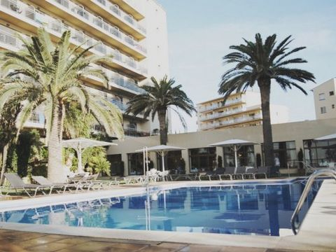 Hotel Monterrey Roses is 3.5 km from the center of Roses, a family resort on the Costa Brava. The hotel offers a range of rooms, from singles to 3/4 people family rooms. The hotel is ideally located by the sea and offers all kinds of services that ar...