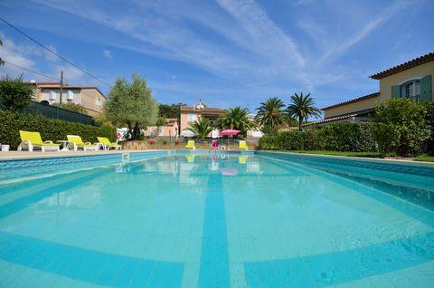 .SAINT TROPEZ villa Provencale, située dans un quartier résidentiel.La Villa de 220 m2 . Comprend 2 apartements + un studio pour un total de 5 Chambres,2 cuisines, 2 Salon-séjour, 2 salles de bains, 2 Salles de bains, 2 salle de douche, , un belle te...