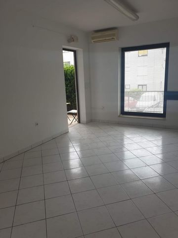 Location: Primorsko-goranska županija, Rijeka, Srdoči. We are selling a business space in Srdoči, located in the basement, oriented to the southwest. It consists of office space, hallway and toilet, total area of 25.25 m2, Business space has 1 park...