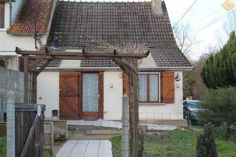 Maison de 47 m² à MARTIZAY de plain pied comprenant : Un espace salon, une cuisine, une salle d'eau/WC et une petite chambre. Dépendances : une