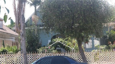 Great Opportunity first time home buyers or Investor, want to get an extra income rent in 1 unit and live in the other one, this property it's located in the heart of Los Angeles County close to shopping centers, agents drive by with your clients. Te...