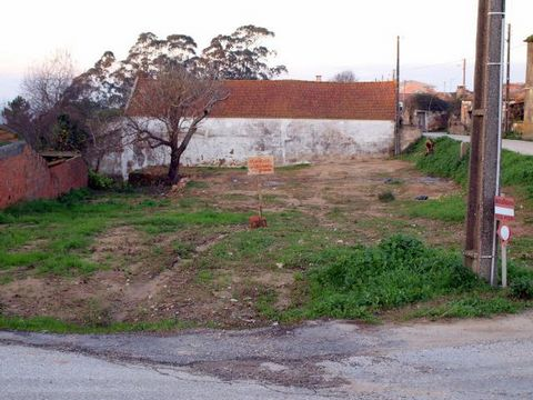 Located in São Pedro (Óbidos). Urban land 753sqm, with 421sqm in urban space level 3. With project for construction of a single-family detached house in quiet area overlooking the albufeira of the river arnoia. Contact 915769433 (CP-L598)