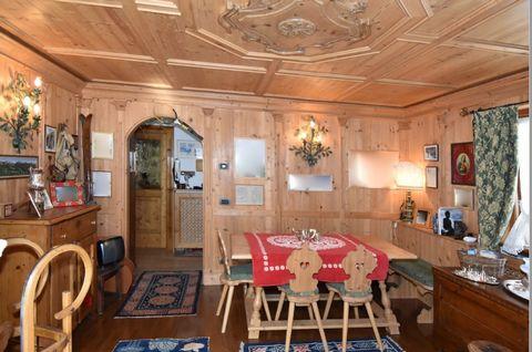 Cortina d'Ampezzo località Zuel delizioso appartamento ubicato al piano terra di una tipica casa ampezzana è ora in vendita.Entrando in casa dalla porta d'ingresso troviamo la zona giorno e la sala pranzo. Nel salotto, adornato con la boiserie, è pre...