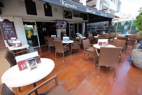 Increíble oportunidad para abrir tu propio negocio en Tenerife y empezar a ganar desde el primer minuto. Se traspasa un exitoso local en Costa Adeje, Torviscas Bajo, situado en una de las calles de mayor afluencia turística de Playa de Fañabé, de pas...