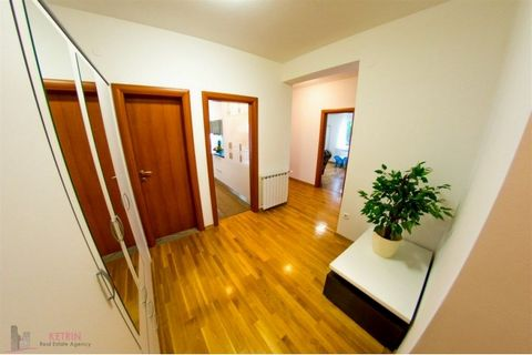 Split/Žnjan Spacious three bedroom apartment located at Žnjan. It is situated on the first floor of a private house and has a total living area of 130 sqm. It consists of three bedrooms, bathroom, toilette, living room, kitchen with dining room, lo...