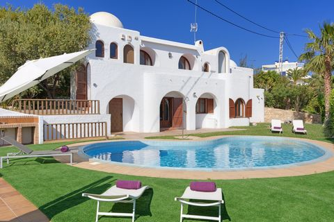 Lovely town house in Villajoyosa, with private pool and beautiful views to the sea, offers accommodation for 6 people. Start your day in the best possible way enjoying a delicious breakfast at the terrace, while you admire the sea, before you spend a...