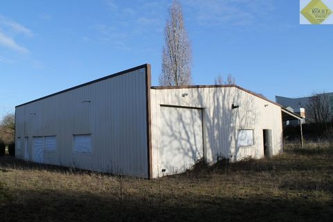 Entrepot avec bureaux de 308 m² à CHATELLERAULT comprenant : Une grande pièce de 170 m², une réserve de 6,9 m², une pièce de 23,3 m², une salle de bain, un WC, une cuisine, un bureau de 23,2 m² et une salle d'eau. Un piece mansardée à l'étage de 45 m...