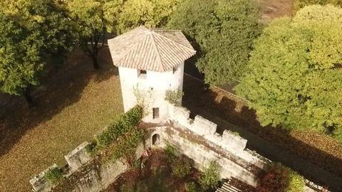 Amoureux de vieille pierre, au coeur d'une cité médiévale en Lot et Garonne venez découvrir cette magnifique bâtisse en pierre avec ses beaux volumes et son jardin. Bien rarissime et chargé d'histoire.