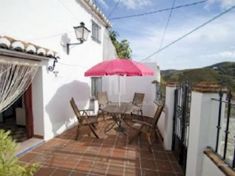 Acogedora casa tradicional de pueblo ubicada en el tranquilo y bonito pueblo de El Borge; no lejos de la playa, a tan sólo 45 minutos del Aeropuerto Internacional de Málaga y donde se puede disfrutar de una nueva y cómoda piscina municipal. Esta prop...