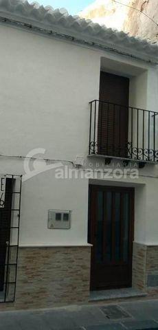Una casa de pueblo de dos pisos completamente reformada en venta en Vélez Rubio aquí en la parte norte de la provincia de Almería. La planta baja tiene el salón al entrar y conduce a la nueva cocina de estilo galera. En la parte trasera de la casa, d...