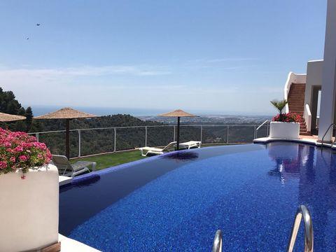 Esta hermosa y moderna residencia supera las expectativas con sus magníficas vistas panorámicas, que se extiende a través de la reserva natural de Sierra de Las Nieves hasta Puerto Banús. Abarca las vistas de la Costa del Sol, Gibraltar y la costa de...