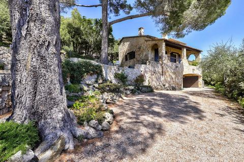 In a quiet and residential area, discover this charming stone house offering a beautiful panoramic view. The villa of 204 m² living space, is composed on the ground floor of an entrance, a vast living room with fireplace and access to a covered terra...