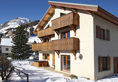In the heart of the Oisans, Les Deux Alpes is a sporty, lively ski resort with excellent snow, a warm climate thanks to its southern location and a seemingly endless choice of sporting and leisure activities for all tastes and ages. Next to the Odaly...