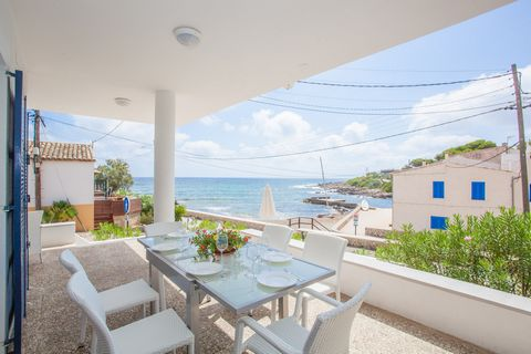 Fantastic house in Capdepera, on the seafront, that welcomes to 6 guests to enjoy an incredible vacation. The wonderful views, the sea breeze and the peaceful surroundings will make you spend a great vacation. You can have lunch or dinner outdoors un...