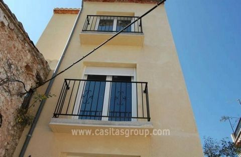 Brand new town house in a pretty square in the popular Palma de Gandia. This house built over three floors is impressive with the use of space. The ground floor contains a roomy open plan lounge/diner and kitchen, ( fitted units to be chosen by buyer...