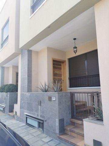 Vivienda adosada de cuatro plantas que consta de tres dormitorios y dos cuartos de baño. Se ubica en el municipio de Icod de Los Vinos, en la provincia de Tenerife. La vivienda es muy amplia, tiene una superficie aproximada de 259,21 m². Está distrib...