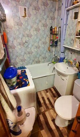 Продается однокомнатная квартира в хорошем состоянии на втором этаже пятиэтажного кирпичного дома.В квартире менялась вся проводка и сантехника.Окна пвх, новая колонка.Один собственник.Вся инфраструктура в шаговой доступности.