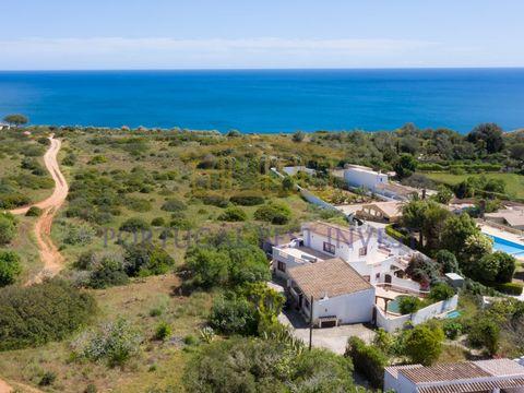 Propriedade com potencial fantástico situada entre a Praia da Luz e o Burgau, com duas moradias, ambas com piscina, e um total de 5 quartos e 7 casas de banho, num lote de 1000 metros quadrados. A casa principal tem três quartos, todos em suite, sala...