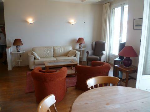 Proche centre de Cannes et du marché Forville - bel appartement 2 pièces meublé avec une magnifique vue mer sur la baie de Cannes. Il est composé comme suit: - une grand séjour - salle à manger - cuisine entièrement équipée ouverte sur le séjour/sall...