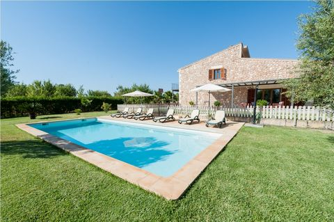 Welcome to this charming rustic villa located in the outskirts of Búger. It is prepared for 6 persons. The fantastic outside area counts with large green areas, a 4,5mx11m chlorine pool (the depth steeps up slowly from 1,2m-2m), 6 sun beds, two well-...