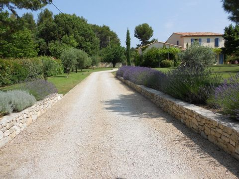 Vacation rental of a villa with pool in Provence. Beautiful Provence house located in Venelles, 6 kms North of Aix en Provence. This home offers 4 bedrooms and 3 bathrooms (sleeps 7) in a very calm environnement with confortable interiors. Superb lan...