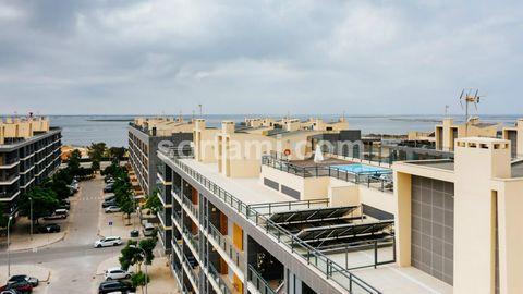 Fantástico apartamento Penthouse T3 com vista para a Ria Formosa, em Olhão. O apartamento é composto por uma sala espaçosa e uma cozinha equipada com portas deslizantes, que permitem um ambiente open space. Neste encontram-se três quartos, sendo...
