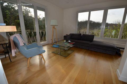 Cette maison avec vue d'exception est située sur une parcelle de 345 m2. Le séjour s'ouvre par de grandes baies vitrées sur une première terrasse avec