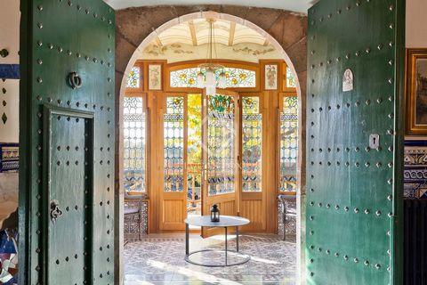 En lo alto de una colina, con unas vistas maravillosas, se encuentra esta vivienda única en todos los sentidos. La villa principal, de 938 m², es una maravillosa obra modernista, diseñada en 1912 por el famoso arquitecto Juli Batllevell, discípulo de...