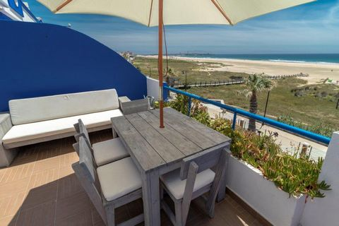 Tarifa Apartamento de vacaciones en alquiler en Tortuga Dos. Situado en primera línea de la playa los lances, la mejor playa para practicar el kitesurf windsurf en Tarifa. El apartamento tiene 2 dormitorios, cocina equipada y amplio salón con terraza...