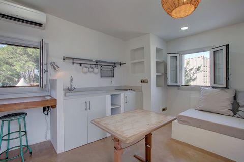Bungalow recientemente renovado con 2 suites en alquiler en Punta Paloma, Tarifa. El bungalow cuenta con 2 suites y cada una con un acceso independiente. La suite del último piso cuenta con una sala de estar separada y una cocina pequeña con un dormi...