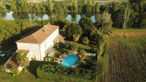 Rare, maison de type longère de 190 m2 environ avec une vue exceptionnelle sur la vallée du Lot. Belles prestations vous offrant de nombreuses possibilités d'extention + un plateau de 80 au R+1 et grand garage de 110 m2. Une piscine hors sol vient ag...