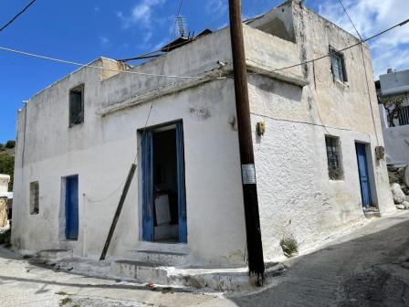 Papadiana-Ierapetra House of 140m2 on a plot of 100m2 and fifty meters from the house is another plot of 2.000m2. The house is in need of renovation/modernization. It consists of 6 rooms in total. There are three bedrooms, a bathroom and an open plan...