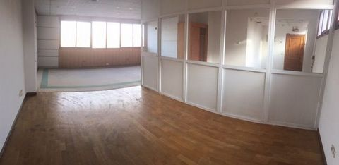 Oficina de 96 m² en edificio exclusivo de oficinas. Dispone de 2 ascensores. Aseos en zonas comunes. Actualmente distribuida con mamparas pero se puede dejar diáfana. Necesita actualización. Muy buenas comunicaciones con transporte público. Disponibi...