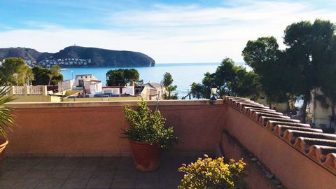 A 3 bedroom penthouse in Moraira (Costa Blanca), with great sea views, located less than 200 meters from Platgetes beach and just 900m from the center of Moraira. This 109 m2 Penthouse is located in a small residential area, quiet and surrounded by p...