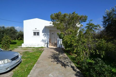 Located in Ierapetra. Located just one kilometer from the southern town of Ierapetra and the surrounding beaches. This lovely detached house of 100m2 is set within an olive grove (approx. 15 trees) of about 1.400m2. Built in 2009, this single-storey ...