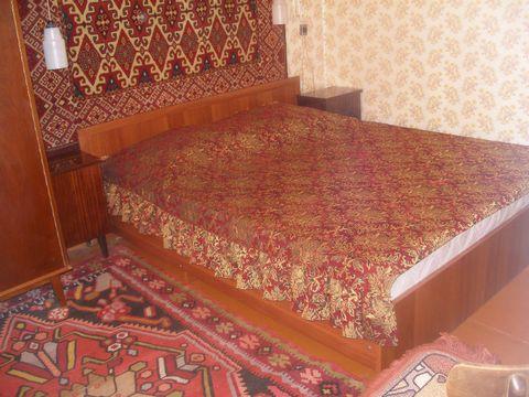 Отдельная квартира,1 этаж. 2 комнаты по 11 кв.м.Двухспальная кровать,матрас Жаккард,диван раскладной,ТВ(Sony)+спутник.антенна, холодильник,микроволновка,кондиционеры,душевая,кухня,в/у,свой въезд для авто в частном дворе под окнами.Своя посуда,постель...
