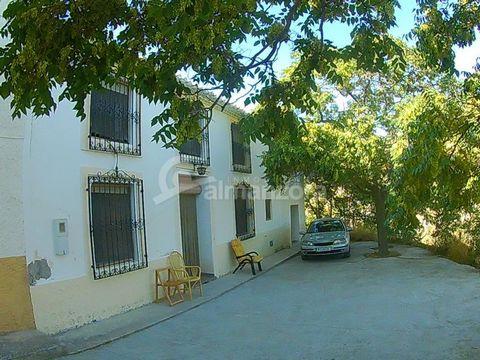 Un fabuloso Cortijo de dos plantas en venta en la Rambla de Oria aquí en la provincia de Almería. La planta baja al entrar tiene un pasillo con habitaciones dobles a cada lado. El pasillo luego conduce al espacioso salón con estufa de leña y área de ...
