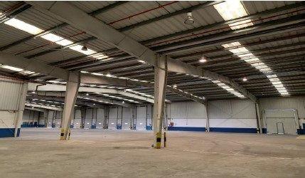 Nave tipo cross docking de 4.147 m2 construidos en parcela de 12.000 m2Almacén de 3.904 m2Oficina de 246,6 m212 muelles6 portones4,7 a 7,25 m de alturaGastos de Comunidad: 0,53 €/m2/mesDisponibilidad: Inmediata