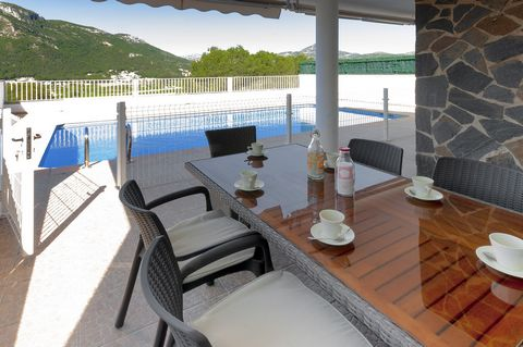 This beautiful house for 8 people, with private pool and astonishing mountain views, is located in the peaceful urbanisation of Santa Marta, Gandía. Let's start your holiday days enjoying of delicious breakfasts, under the porch, accompanied by a pri...