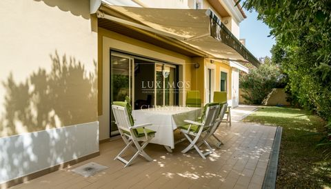 Contemporary house for sale with luxuriousfinishes and garden in Loulé in Algarve in Portugal. Real estate property with large rooms, good finishes, numerous storageand spaces. Ideal for a family. Villa located in a qualityurbanizationin a calm a...