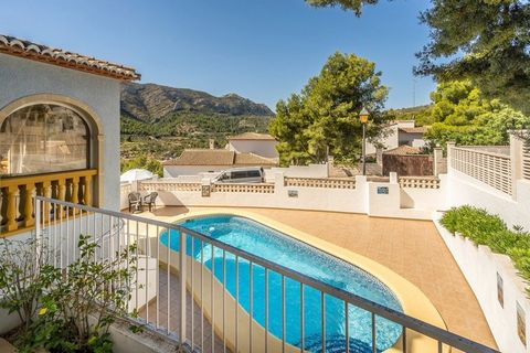 Tasteful, light and airy 3 bedroom family villa for sale in popular the urbanisation La Solana, close to Pedreguer. With private pool and off street parking.. . Main house: All on one floor, large living/dining room with open plan kitchen. Three spac...