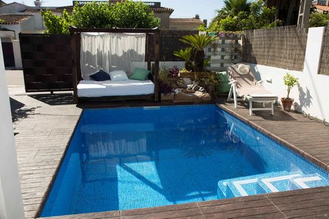 Fantastic house situated at only 200 meters from the known beach of Oliva, with private pool and accommodation for 4+2 guests. The exteriors of the house are spectacular. It features two furnished porches that are ideal to spend good moment relaxing ...