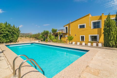 Welcome to this fantastic villa, with private pool, on the outskirts of Llucmajor. It offers accommodation for 10 guests. The exterior of this country house offer the perfect combination between nature, peace and brightness. In front of a cheerful co...
