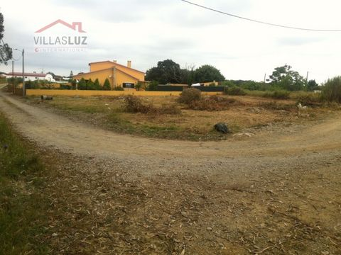 It is located within walking distance of a café and mini-market; Lourinhã 10 minutes driving distance and White Sand Beach; Peniche 15 minutes driving distance, Baleal and Obidos; 8 minutes driving distance from the access to the A8 motorway; 45 minu...
