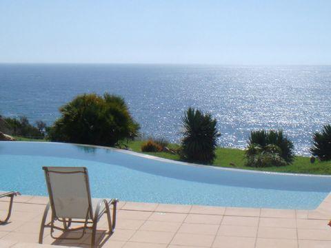Location villa vacances prestige Corse. Superbe villa à louer proche de Sagone en Corse du sud. Environnement exceptionnel pour cette villa avec magnifique vue panoramique sur la mer. Elle offre un bon confort intérieur et extérieur, piscine à débord...