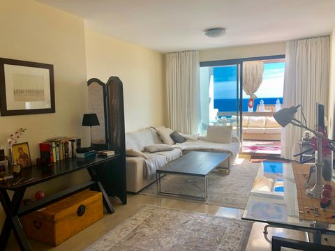 Excellent 104m2 apartment, with 3 bedrooms overlooking the sea and Gibraltar, in the beautiful urbanization of Marina de la Alcaidesa. The apartment has 2 bathrooms, living room, laundry room and a 25 square meter terrace. The apartment is fully furn...