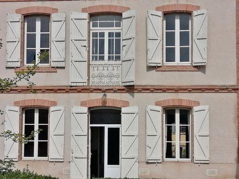 Entre Montauban et Agen, proche de toutes commodités (école, collège, commerces, gare), cette demeure du début XX attend son prochain propriétaire pour une rénovation compléte. Au sous sol se trouve une grande cave, le rez de chaussée est composé d'u...