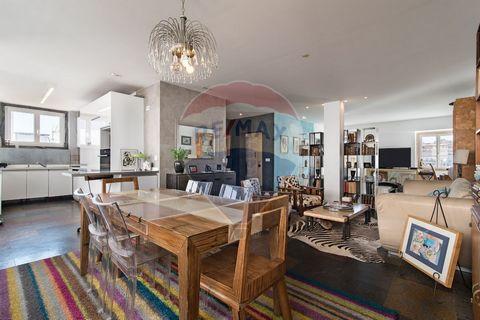 Venha conhecer este incrível apartamento, dos poucos com terraço na Baixa de Lisboa. Trata-se de um duplex, com 127m² no andar de baixo, 44m² no andar de cima e 70m² de zona exterior. Com um total de 244m², este apartamento encontra-se dividido da se...
