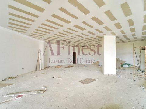 Shops for sale in The Poets Park - Hospital da Luz Located in Paço de Arcos, in the new Urban Gardens development, well positioned geographically and benefiting from incredible views of the sea and the Poets Park. Very close to the capital, it has ex...